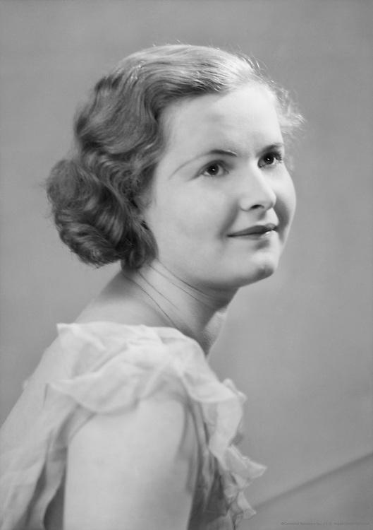 Betty Thumbling, actress, c1933