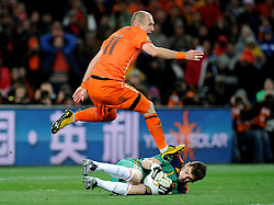 11.07.2010, Soccer-City-Stadion, Johannesburg, RSA, FIFA WM 2010, Finale, Niederlande (NED) vs Spanien (ESP) im Bild Arijen Robben (Olanda) e Iker Casillas (Spagna), EXPA Pictures © 2010, PhotoCredit: EXPA/ InsideFoto/ Perottino *** ATTENTION *** FOR AUSTRIA AND SLOVENIA USE ONLY! / SPORTIDA PHOTO AGENCY