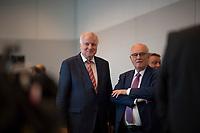DEU, Deutschland, Germany, Berlin, 25.09.2018: Bundesinnenminister Horst Seehofer (CSU) und Volker Kauder, der in der heutigen Fraktionssitzung der CDU/CSU als Fraktionsvorsitzender von CDU/CSU abgewählt wurde.