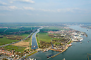Nederland, Zuid-Holland, Hardinxveld-Giessendam, 01-04-2016; Beneden-Merwede ter hoogte van het Kanaal van Steenenhoek (afwateringskanaal). <br /> Lower Merwede and the Steenenhoek drainage canal. <br /> <br /> luchtfoto (toeslag op standard tarieven);<br /> aerial photo (additional fee required);<br /> copyright foto/photo Siebe Swart