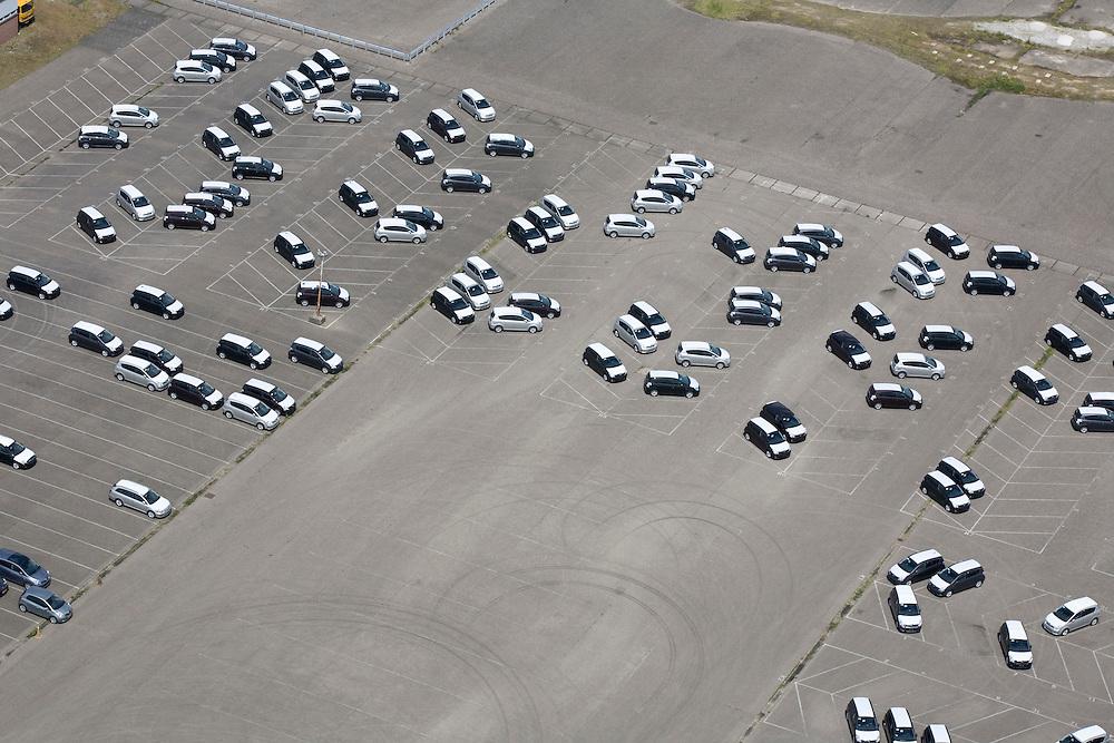Nederland, Brabant, Raamsdonkveer, 12-06-2009; relatief leeg parkeerterrein van LeasePlan, marktleider op het gebied van zakenauto's.Swart collectie, luchtfoto (25 procent toeslag); Swart Collection, aerial photo (additional fee required).foto Siebe Swart / photo Siebe Swart