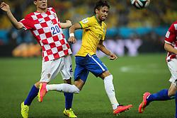 Neymar Jr. disputa bola contra a Croácia na estréia da Copa do Mundo 2014, na Arena Corinthians, em São Paulo. FOTO: Jefferson Bernardes/ Agência Preview