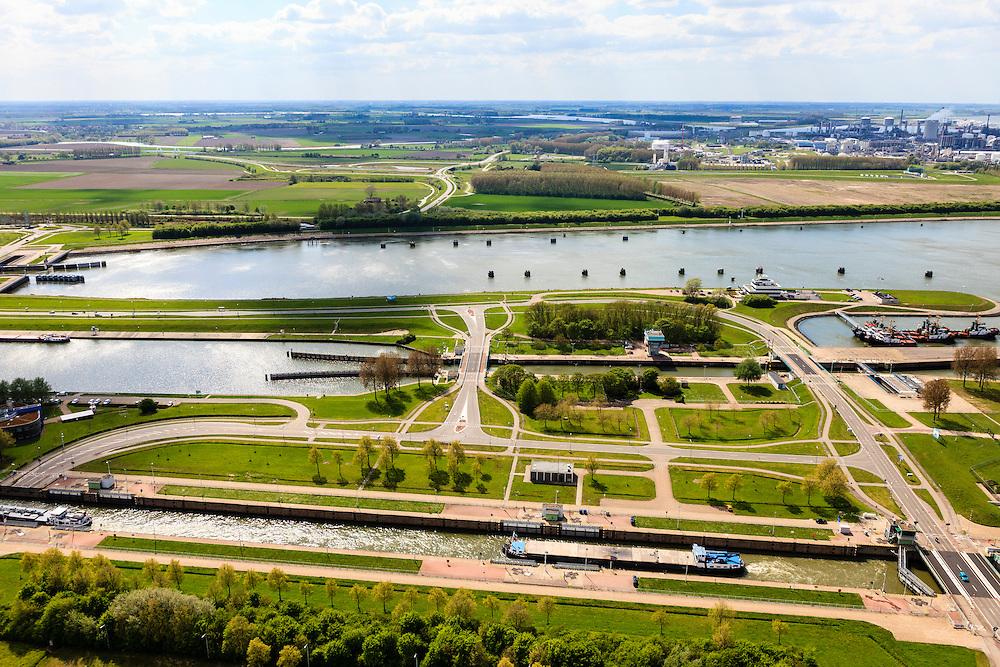 Nederland, Zeeland, Terneuzen, 09-05-2013; Sluizencomplex Terneuzen. Binnenvaartschepen verlaten de Oostsluis of binnenvaartsluis.  Dow Cemicals in de achtergrond.<br /> View on the sluices of Terneuzen. Barges leaving the  canal sluice (Oostsluis). Dow Cemicals in the back.<br /> luchtfoto (toeslag op standard tarieven)<br /> aerial photo (additional fee required)<br /> copyright foto/photo Siebe Swart