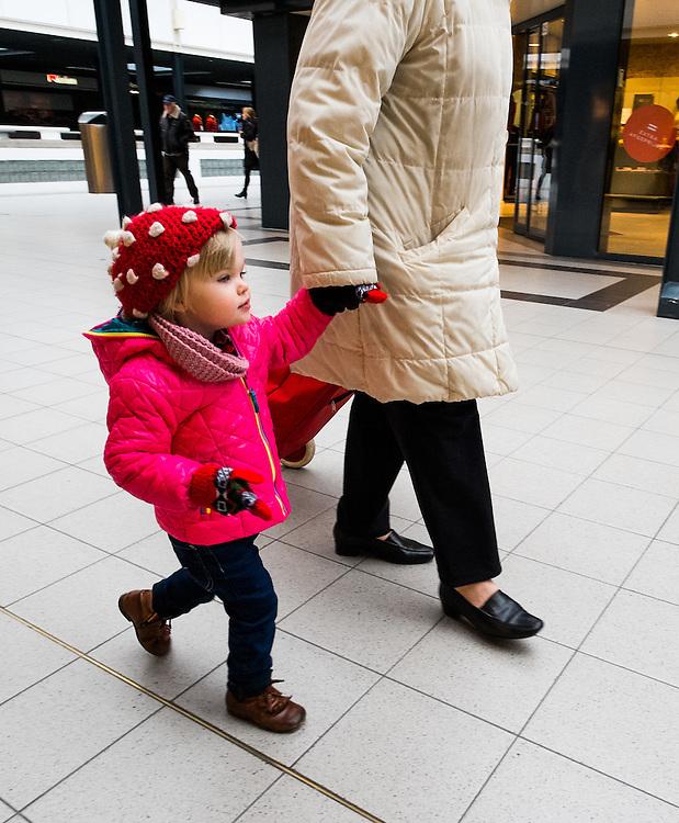 Nederland, Oss, 9 feb 2015<br /> Winkelcentrum Gelderlandplein in Buitenveldert. Oudere vrouw met kleinkind.<br /> Foto: (c) Michiel Wijnbergh