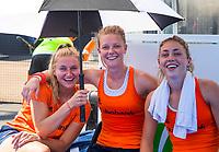 LONDEN - Laurien Leurink (Ned) , Caia Van Maasakker (Ned) en Laura Nunnink zoeken verkoeling onder een paraplu na  de training ter voorbereiding op de halve finale tegen Australie bij het wereldkampioenschap hockey voor vrouwen.   ANP KOEN SUYK