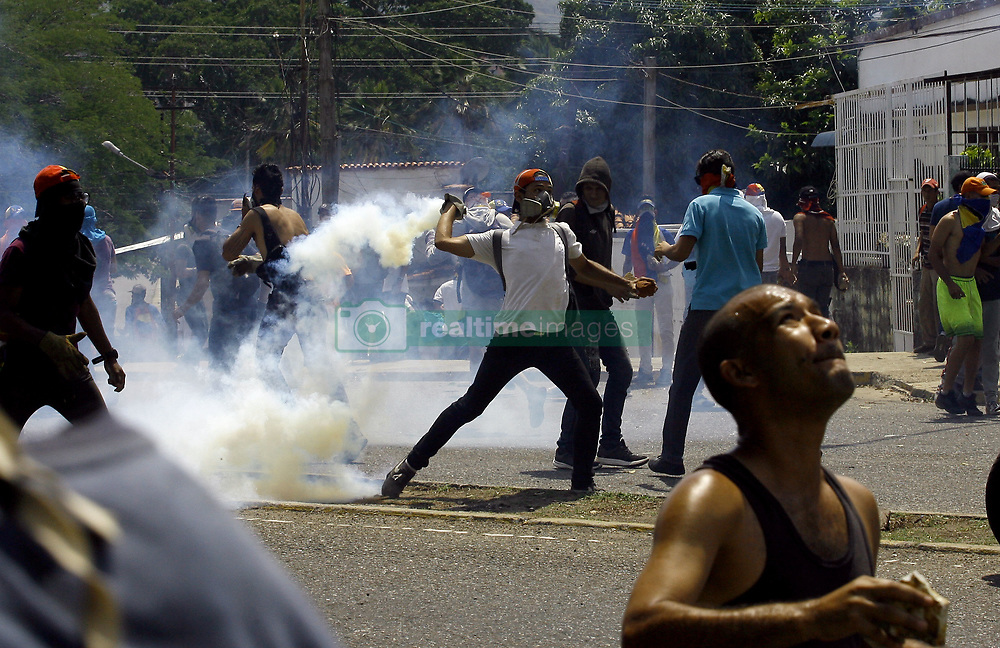 May 1, 2019 - Valencia, Carabobo, Venezuela - Venezuelans concentrated in support of Juan Guaido, interim president of Venezuela, Quiicolas Maduro. The police and National Guard Bolivariana repressed the protest that was generated by a group of people after the concentration, there were detainees and direct aggression to the press. The concentrations were carried out in each city of the country, the photos correspond to the city of Valencia, Carabobo state. Photo: Juan Carlos Hernandez (Credit Image: © Juan Carlos Hernandez/ZUMA Wire)