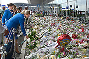 Nederland, the Netherlands, Holland, die niederlande,pays bas,25-7-2014Ruim een week na de vliegramp waarbij boven de Oekraine het passagierstoestel van Malaysian Airways werd neergeschoten door een raket, luchtdoelraket, bezoeken mensen de bloemenzee bij vertrekhal 3 op Schiphol.flowers,bed of flowers,australia,passengers, terminal, pay respect,airport,amsterdam,eerbetoon,remembrance,memorialFOTO: FLIP FRANSSEN/ HOLLANDSE HOOGTE