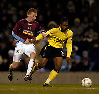 Fotball<br /> England 2004/22005<br /> Foto: SBI/Digitalsport<br /> NORWAY ONLY<br /> <br /> Burnley v Liverpool<br /> FA Cup 3rd Round, 18/01/2005.<br /> <br /> Liverpool's Florent Sinama Pongolle (R) tries to get away from Burnley's Lee Roche