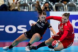 Larissa Nüsser #9 of Netherlands, Dragana Cvijic #72 of Serbia in actie tijdens de wedstrijd tegen Servie op het WK handbal in Aqua Dome te Kumamoto. <br /> Netherland beat Serbia 36-23<br /> ANP RONALD HOOGENDOORN
