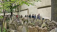 Prague, la ville aux mille tours et mille clochers, n'a pas seulement inspire Andre Breton et les surrealistes. Chaque annee, la belle Tcheque seduit des millions d'admirateurs du monde entier. Monuments, façades et statues racontent une histoire mouvementee ou planent les ombres du Golem, de Mucha ou de Kafka.<br /> Depuis 1992, le centre ville historique est inscrit sur la liste du patrimoine mondial par l'UNESCO<br /> <br /> Le vieux cimetiere juif de Prague se situe dans l'ancien quartier juif de Josefov, dans la vieille ville.<br /> Il etait en fonction de 1478 a 1786, <br /> Le nombre exact de pierres tombales et de morts enterres est imprecis car il y a parfois plusieurs couches de tombeaux, mais il est estime à douze mille tombes.