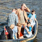 NLD/Amsterdam/20130607 - Beau van Erven Dorens springt met zijn zonen in de Amstel om zijn boek 'Handboek voor Vaders' te dopen, Beau van Erven Dorens in de boot