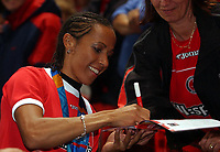 Friidrett<br /> <br /> Foto: SBI/Digitalsport<br /> NORWAY ONLY<br /> <br /> Charlton Athletic v Southampton<br /> 13/9/2004.<br /> <br /> Double gold medal winner Kelly Holmes signs autographs before the game.