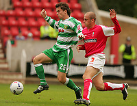 Fotball<br /> England 2005/2006<br /> Foto: SBI/Digitalsport<br /> NORWAY ONLY<br /> <br /> Swindon v Yeovil<br /> Coca Cola League 1.<br /> 27/08/2005.<br /> <br /> Yeovil's Aaron Davies runs infront of Swindon's Jack Smith