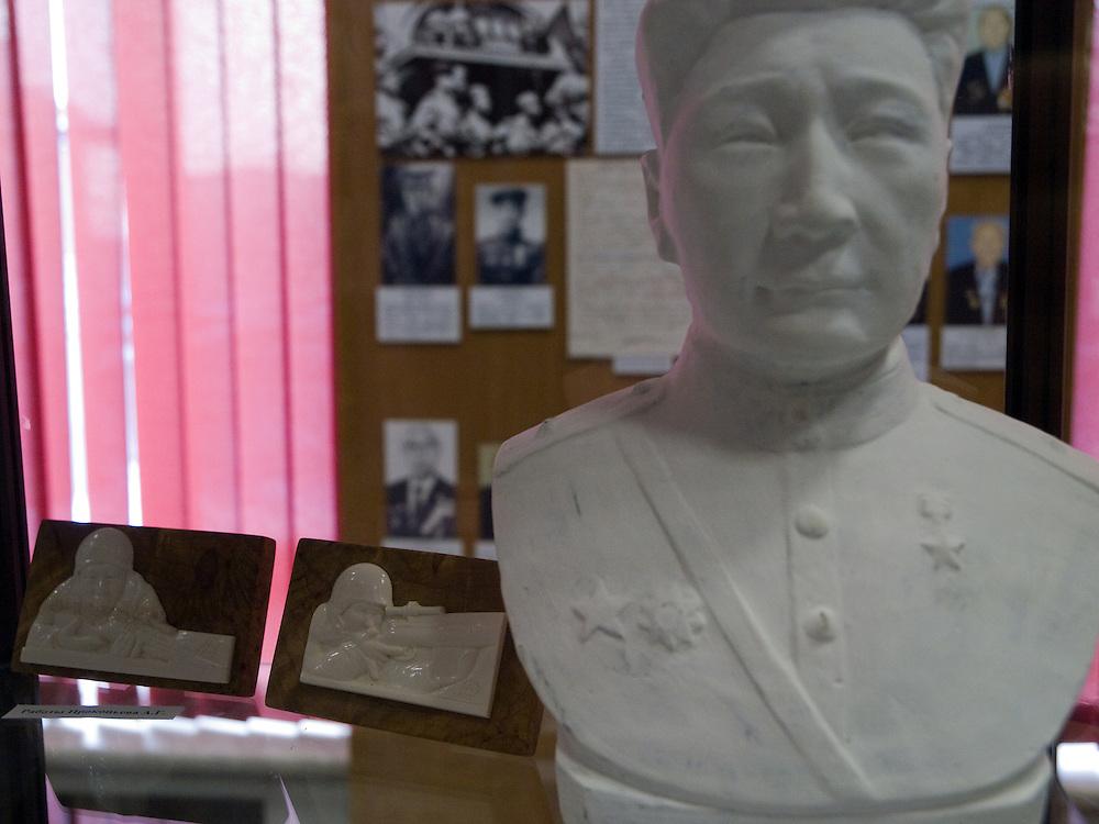 Bueste eines jakutischen Scharfschuetzen aus dem 2. Weltkrieg im jakutischen Staatsmuseum der Geschichte und Kultur der Bewohner des Nordens im Zentrum der Stadt Jakutsk. Jakutsk ist im Winter eine der kaeltesten Grossstaedte weltweit mit durchschnittlichen Winter Temperaturen von -40.9 Grad Celsius. Die Stadt ist nicht weit entfernt von Oimjakon, dem Kaeltepol der bewohnten Gebiete der Erde.<br /> <br /> Bust of a WW II sniper in the United Yakutsk State Museum of History and Culture of People of the North. Yakutsk was founded in 1632 and celebrated 2007 the 375th anniversary. The museum showcases expositions on the region?s nature, animal and plant life of taiga, forest-tundra, tundra and the Arctic zone of the republic, as well as the history of Yakutia from Palaeolith to present times and of the Soviet period.