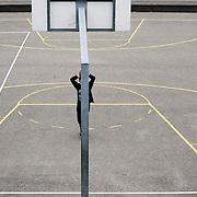 Nederland Rotterdam 14-10-2010 20101014..Achterstandswijk Oud Charlois, kind speelt op voetbalveldje, basketbal. Kids playing on court in sprived area.   in de Holland, The Netherlands, dutch, Pays Bas, Europe , vogelaar wijk, vogelaarbuurt, vogelaarbuurten, vogelaarwijk, vogelaarwijken, voorziening, voorzieningen, vrij, vrije tijd, wijk, wijken, woonbuurt, woonbuurten, woongebied, woonwijk, woonwijken, Youth, zichzelf vermaken..Foto: David Rozing