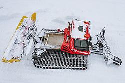 THEMENBILD - eine Pistenraupe der Gletscherbahnen Kaprun AG beim präparieren der Ski Piste. Skigebiete dürfen ab 24. Dezember wieder öffnen, aufgenommen am 02. Dezember 2020 in Kaprun, Österreich // a snow groomer of Gletscherbahnen Kaprun AG preparing the ski slope in Kaprun. Ski resorts may reopen from 24 December, Austria on 2020/12/02. EXPA Pictures © 2020, PhotoCredit: EXPA/ JFK