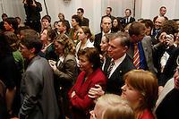 """22 MAR 2006, BERLIN/GERMANY:<br /> Horst Koehler (M-Re), Bundespraesident, und Eva Luise Koehler (M-Li), Gattin des Bundespraesidenten, inmitten der jugendliche Gaeste, waehrend der Veranstaltung """"Bellevue unplugged"""" mit Rock- und Popmusik, zu der Koehler Jugendliche wegen Ihres sozialen Engagements eingeladen hat, Schloss Bellevue<br /> IMAGE: 20060322-03-028<br /> KEYWORDS: Horst Köhler, Eva Luise Köhler"""