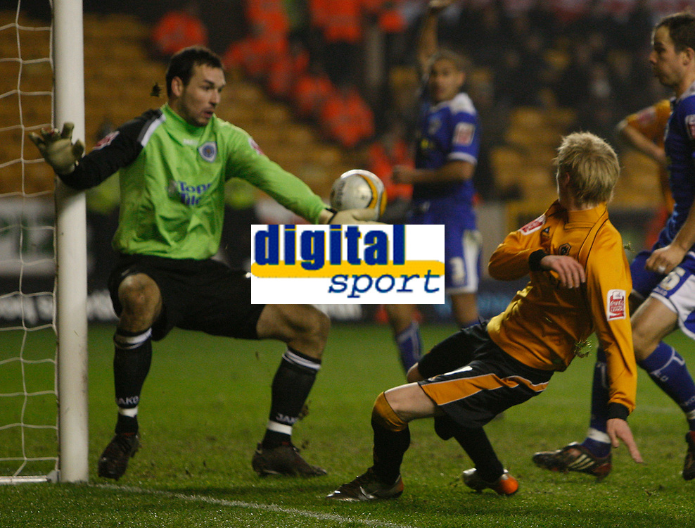 Photo: Steve Bond/Sportsbeat Images.<br /> Wolverhampton Wanderers v Leicester City. Coca Cola Championship. 22/12/2007. Andy Keogh (R) crosses past keeper Martin Fulop
