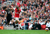 Photo: Tom Dulat/Sportsbeat Images.<br /> <br /> Arsenal v Manchester United. The FA Barclays Premiership. 03/11/2007.<br /> <br /> Mathieu Flamini of Arsenal and Owen Hargreaves of Manchester United racing with the ball.