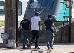 THEMENBILD - An den Bahnhöfen in Südtirol stranden seit Monaten jede Woche Hunderte Flüchtlinge. Wer es über das Meer bis nach Italien geschafft hat, versucht, rasch weiter in Richtung Norden zu kommen, meist werden sie dabei von deutsch-österreichisch-italienischen Polizeistreifen aus den Zügen geholt. Am Bahnhof in Bozen und am Brenner werden sie von Helfern versorgt. Viele der Flüchtlinge wollen nach Deutschland und Skandinavien. Der Brenner ist nur ein Etappenziel. Hier im Bild italienische Grenzpolizisten begleiten einen Flüchtling. Aufgenommen am 9. August 2015 am Bahnhof Brenner // Asylum seekers crowding the Brenner railway station on the border between Tyrol, Austria and South Tyrol, Italy, 09 August 2015. Each Week hundreds of asylum seekers reportedly are stopped by Austrian, German and Italian police. The Austrian government has been struggling to house masses of new arrivals, as some provincial leaders and many mayors have opposed hosting asylum seekers in their communities. More than 28,300 people applied for refugee protection in Austria in the first half of the year, with many coming from Syria, Afghanistan and Iraq. EXPA Pictures © 2015, PhotoCredit: EXPA/ Johann Groder