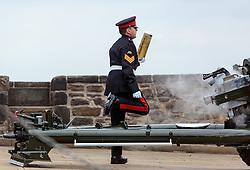THEMENBILD - ein Offizier mit einer abgefeuerten Sprenggranate. Die One O'Clock Gun (13- Uhr- Kanone) wird jeden Tag um 13:00 Uhr abgefeuert. Früher stellten die Seefahrer ihre Chronometer nach dem Signal. Schottlands Hauptstadt Edinburgh ist die zweitgrößte Stadt Schottlands im Edinburgh Castle, Edinburgh, Schottland, aufgenommen am 16.06.2015 // An officer with an explosive grenade after the shot. The One O'Clock Gun is a time signal, fired every day at precisely 13:00, excepting Sunday, Good Friday and Christmas Day at the Edinburgh Castle Scotland on 2015/06/16. EXPA Pictures © 2015, PhotoCredit: EXPA/ JFK