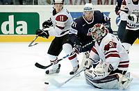 Drew Stafford (USA) gegen Kristaps Sotnieks (LAT) und Edgars Masalskis (LAT). © Manu Friederich/EQ Images