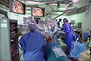 Nederland, Nijmegen, 25-9-2013Buikoperatie met de da-vinci operatierobot. De operateur zit achter een console waarin met handen en voeten de vier robotarmen en hun instrumenten bediend worden. Hij kijkt via oculairs naar het beeld wat ook op de monitoren te zien is. Een assistent zit bij de patient met een vijfde scoop.Foto: Flip Franssen