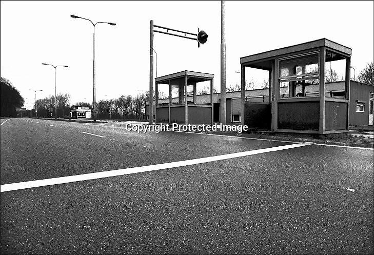 Nederland, Beek Ubbergen, 15-10-1995 Voormalige grensovergang, grenspost bij Nijmegen. Sinds maart 1995 treedt het verdrag van Schengen in werking waardoor de binnengrenzen tussen een aantal landen in europa verdwijnen. Dit moet het economisch verkeer tussen deze landen vergemakkelijken.Foto: Flip Franssen/Hollandse Hoogte