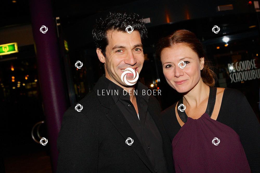 GOUDA - In De Goudse Schouwburg is de premiere van 'Word u al geholpen' geweest. Met op de foto  Owen Schrijver met vrouw Celine Purcell. FOTO LEVIN DEN BOER - PERSFOTO.NU