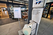 Nederland, Nijmegen, 13-3-2020 Coronavirus in Nederland . Het UMCRadboud ziekenhuis heeft in de hal een dispenser met gel staan . mensen worden verzocht hun handen te reinigen, of zich aan de balie te melden bij klachten . Foto: Flip Franssen