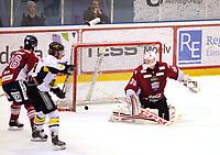 Ishockey , Get-Ligaen<br /> 31.03.14<br /> Kristins Hall<br /> Semifinale 6 av 7<br /> Lillehammer v Stavanger Oilers  2-3<br /> Foto : Dagfinn Limoseth , Digitalsport<br /> Joe Fallon , LIllehammer ser pucken til 2-3 målet gå inn bak seg.