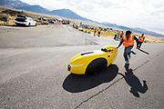 Peter Borenstadt gaat van start. In Battle Mountain (Nevada) wordt ieder jaar de World Human Powered Speed Challenge gehouden. Tijdens deze wedstrijd wordt geprobeerd zo hard mogelijk te fietsen op pure menskracht. De deelnemers bestaan zowel uit teams van universiteiten als uit hobbyisten. Met de gestroomlijnde fietsen willen ze laten zien wat mogelijk is met menskracht.<br /> <br /> In Battle Mountain (Nevada) each year the World Human Powered Speed ??Challenge is held. During this race they try to ride on pure manpower as hard as possible.The participants consist of both teams from universities and from hobbyists. With the sleek bikes they want to show what is possible with human power.