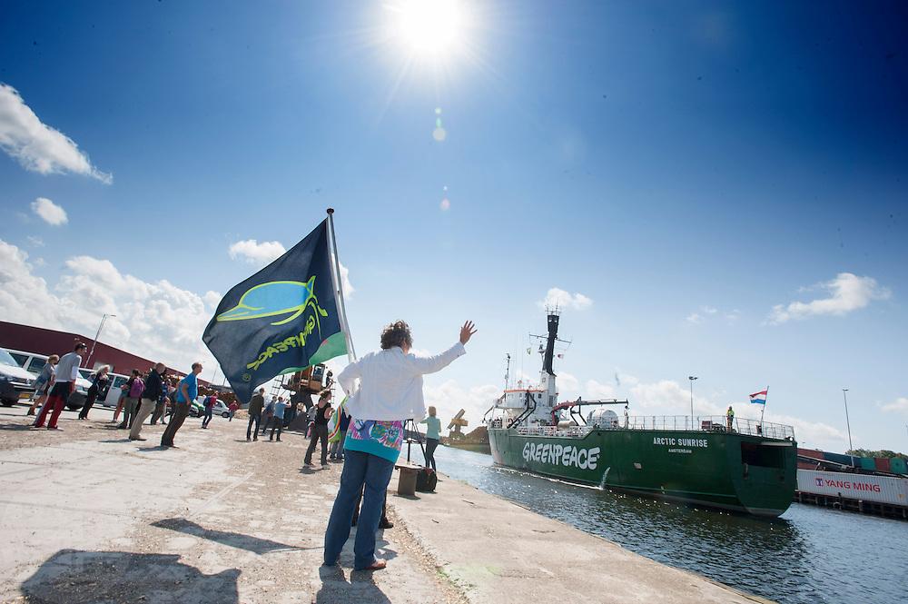 De Arctic Sunrise wordt welkom geheten in Beverwijk. In IJmuiden is de Arctic Sunrise, het schip van milieuorganisatie Greenpeace dat een jaar door Rusland in beslag is genomen, aangekomen. De voormalige ijsbreker wordt in Amsterdam uit het water gehaald en opgeknapt omdat het gehavend is geraakt toen het aan de ankers lag. De boot van de milieuorganisatie is september 2013 door de Russen geënterd en de bemanningsleden vastgezet op verdenking van piraterij. Greenpeace voerde actie bij een boorplatform in de Barentszzee. Als het schip weer is gerepareerd, wil de milieubeweging weer campagnes houden met de Artic Sunrise.<br /> <br /> In IJmuiden, the Arctic Sunrise, the Greenpeace ship that a year ago is seized by Russia, arrived. The former ice breaker is removed from the water in Amsterdam and refurbished since it was damaged when it was up to the anchors. The boat of the environmental organization is boarded in September 2013 by the Russians and the crew put down on suspicion of piracy. Greenpeace campaigned on a drilling platform in the Barents Sea. If the ship is repaired, the environmental movement wants to use the Arctic Sunrise again for campaigning.