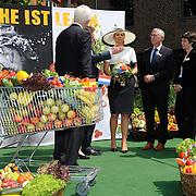 Koning en koningin bezoeken Nedersaksen. In het duitse Leer krijgt Koningin Maxima uitleg over de campagne Frische ist Leben<br /> <br /> King and Queen visit Niedersachsen. In the German town explain Queen Maxima the campaign Frische ist Leben<br /> <br /> op de foto / On the photo:  Koningin Maxima krijgt uitleg over de campagne Frische ist Leben, van Jochem Wolthuis , initiatiefnemer van de campagne<br /> <br /> Queen Maxima with campaign Frische ist Leben, Jochem Wolthuis, initiator of the campaign will explain