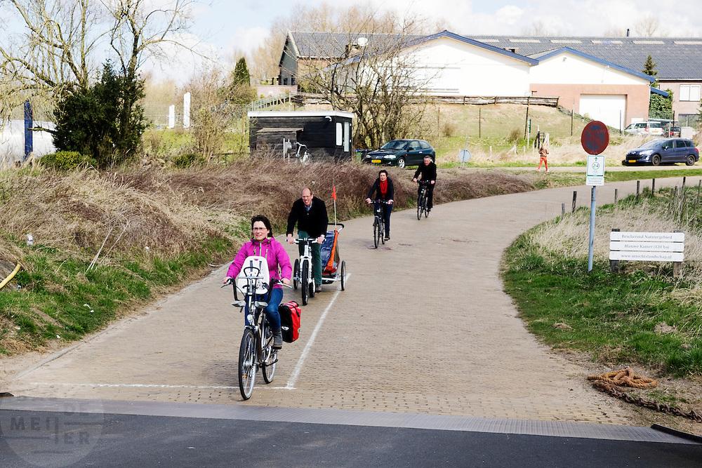 In Wageningen rijden fietsers het veerpont op.<br /> <br /> In Wageningen cyclists enter a ferry.