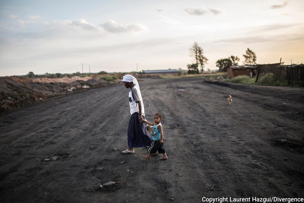 Février 2017. Afrique du sud. Les conséquences de l'exploitation des mines de charbon sur les femmes. Mpumalanga. Township de MNS, Région de Witbank. Coco Emma Deliwe, 54 ans, vace sa fille Thuly (23 ans) qui a trois enfants. La famille vit dans une grande précarité et connait des problèmes de sécurité alimentaire. Ce sujet a été réalisé avec l'aide de l'association sud-africaine WOMIN qui vise à conscientiser et aider les femmes à se battre contre l'industrie minière et ses conséquences sociales (chômage, précarité, violences conjugales...), environnementales et sanitaires.