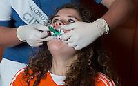 ZWOLLE - Roos Drost. Bitje happen voor de vrouwen van het Nederlands hockeyteam, Het aanmeten van een mondbeschermer. in aanloop van de Champions Trophy in Mendoza (Argentinie).  COPYRIGHT KOEN SUYK