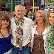 NLD/Amsterdam/20060503 - Herpremiere musical Turks Fruit Amsterdam, Wilbert Gieske met rechts dochters Cathalijne, Leonie en links dochter van zijn huidige partner Roxanne Catz