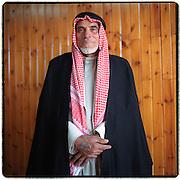 24-01-2000-Palestina.Khan Yunis, 'story teller'  in traditionele klederdracht. Arabisch.<br />Foto: Sake Elzinga