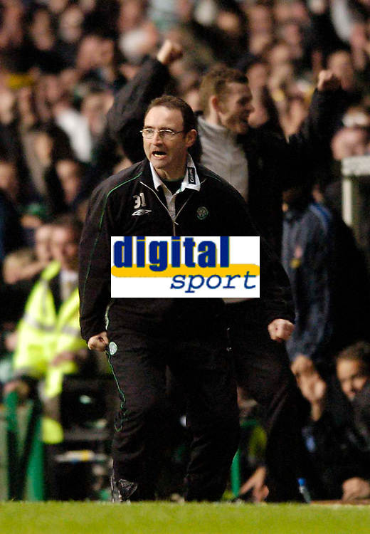 Fotball<br /> Photo. Jed Wee, Digitalsport<br /> Glasgow Celtic v Villarreal, UEFA Cup Quarterfinal, Celtic Park, Glasgow. 08/04/2004.<br /> Celtic manager Martin O'Neill celebrates what he thinks is a goal.<br /> <br /> NORWAY ONLY