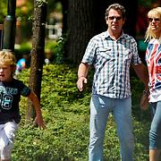 NLD/Laren/20100706 - Ton de Leeuwe, partner en zoontje in Laren