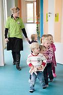 Nederland, Helmond, 20091111...Kinderdagverblijf de Bereboot is een nieuw kdv dat is gestart op een landgoed in een mooie ruime en groene omgeving. ..Netjes in de rij lopen....Netherlands, Helmond, 20091111. ..Childcare, The nursery the Bear boot is on an estate in a beautiful and spacious green surroundings.    ..