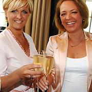 NLD/Amsterdam/20070410 - Boekpresentatie Caroline Tensen, Caroline met haar zus Geertje Brocades - Zaalberg