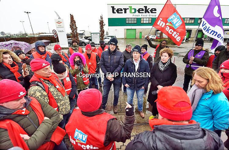 Nederland, Nijmegen, Wijchen, 9-12-2017 Onder begeleiding van de vakbonden FNV en CNV kwamen stakers uit andere vestigingen uit de vleeswarenindustrie naar het vleesverwerkend bedrijf Ter Beke om te pleiten voor betere arbeidsvoorwaarden en naleving van de CAO. Ook het vele gebruik van uitzendkrachten is de arbeiders een doorn in het oog. Ruim honderd demonstranten voerden vrijdagmiddag bij vleeswarenbedrijf Ter Beke op bedrijventerrein Bijsterhuizen actie. Ze werden te woord gestaan door het management van het Belgische bedrijf. Foto: Flip Franssen