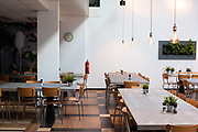 Een verlaten restaurant rond luchtijd