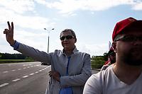 Bobrowniki, woj. podlaskie, 05.06.2021. Polsko-bialoruskie drogowe przejscie graniczne. Akcja Bialorusinow mieszkajacych w Polsce, ktorzy domagali sie, aby UE szybciej wprowadzila skuteczne sankcje wobec rezimu Lukaszenki. Akcja ma potrwac kilka dni. Protestujacy nie wykluczaja zablokowania granicy, gdyby protest nie zrobil wrazenia na unijnych politykach N/z Pawel Latuszka czlonek prezydium bialoruskiej opozycyjnej Rady Koordynacyjnej w gescie zwyciestwafot Michal Kosc / AGENCJA WSCHOD