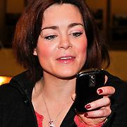 NLD/Amsterdam/20110125 - Opening Amsterdamse Effectenbeurs door cast Legally Blond, Kim-Lian van der Meij kijkt naar de foto die gemaakt is van de openingshandeling
