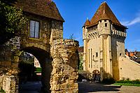 France, Nièvre (58), Nevers, Porte du Croux du XIVe siècle sur le chemin de Saint-jacques de Compostelle  // France, Nièvre (58), Nevers, 14th century Croux gate on the way to Saint-Jacques de Compostelle, Loire valley