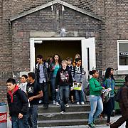 Nederland Rotterdam 23-09-2009 20090923 Serie over onderwijs,  openbare scholengemeenschap voor mavo, havo en vwo.  Lesuur nederland, leraar noteert  werkwoordvormen op schoolbord.                                      .Foto: David Rozing
