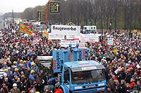 07 NOV 2002, BERLIN/GERMANY:<br /> Sarg Bauwirtschaft wird symbolisch zu Grabe gehoben, Demonstration gegen die Kuerzung der Eigenheimzulage, Kundgebung vor dem Brandenburger Tor<br /> IMAGE: 20021107-01-125<br /> KEYWORDS: Demo, Bau, Baugewerbe, Kürzung, Demostrant, demonstrator, Subventionen